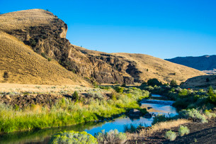Mighty John Day River flowing through the Sheep Rock unit in the John Day Fossil Beds National Monumの写真素材 [FYI03781589]