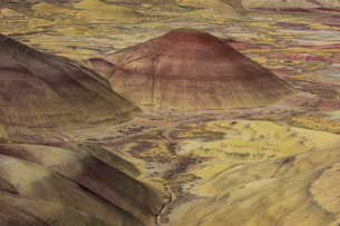 The colourful hills of the Painted Hills unit in the John Day Fossil Beds National Monument, Oregon'の写真素材 [FYI03781591]