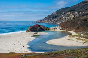Big Sur river flowing out into the Pacific Ocean at Andrew Molera State Park south of Monterey, CA,の写真素材 [FYI03781660]