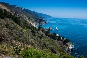 Overlook over the rocky coast of Big Sur, California, USAの写真素材 [FYI03781664]