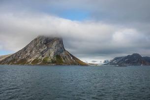 Huge mountain rock on Alkhornet, Svalbard, Arcticの写真素材 [FYI03781685]