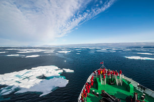 Expedition boat entering the pack ice in the Arctic shelf, Svalbard, Arcticの写真素材 [FYI03781686]