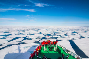 Expedition boat navigating through the pack ice in the Arctic shelf, Svalbard, Arcticの写真素材 [FYI03781693]