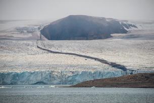 Huge glacier in Bjornsund, Svalbard, Arcticの写真素材 [FYI03781697]