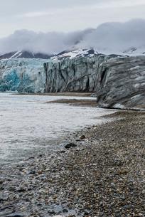 Gravel beach before a huge glacier in Hornsund, Svalbard, Arcticの写真素材 [FYI03781706]