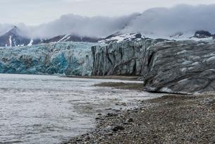 Gravel beach before a huge glacier in Hornsund, Svalbard, Arcticの写真素材 [FYI03781707]