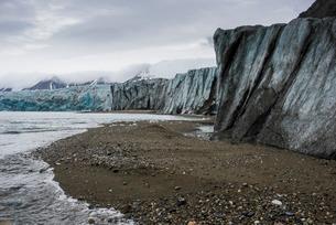 Gravel beach in front of a huge glacier in Hornsund, Svalbard, Arctic, Norway, Scandinaviaの写真素材 [FYI03781710]