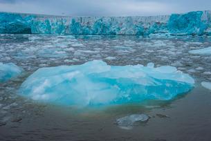 Shining blue glacier ice, Hornsund, Svalbard, Arctic, Norway, Scandinaviaの写真素材 [FYI03781711]