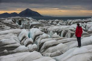 Man standing on a huge glacier in Hornsund, Svalbard, Arctic, Norway, Scandinaviaの写真素材 [FYI03781715]