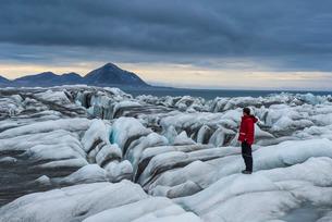 Man standing on a huge glacier in Hornsund, Svalbard, Arctic, Norway, Scandinaviaの写真素材 [FYI03781723]