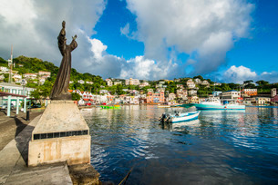 St. George's statue in the inner harbour of St. Georges, capital of Grenada, Windward Islands, Caribの写真素材 [FYI03781851]