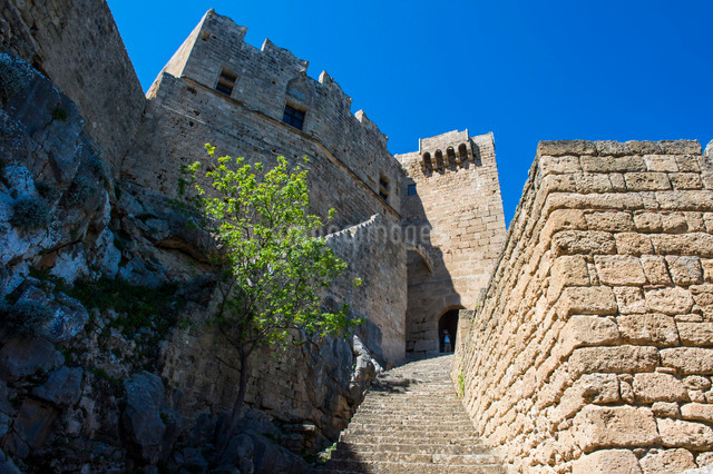 The Acropolis of Lindos, Rhodes, Dodecanese Islands, Greek Islandsの写真素材 [FYI03781920]