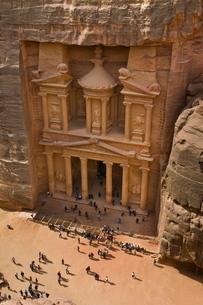 View over El Khazneh (the Treasury), Petra, Jordan, Middle Eastの写真素材 [FYI03782016]
