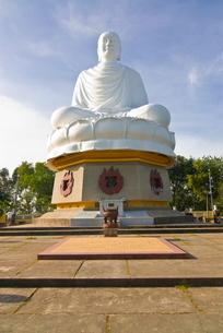 Giant Buddha at the Long Son Pagoda, Nha Trang, Vietnam, Indochina, Southeast Asiaの写真素材 [FYI03782024]