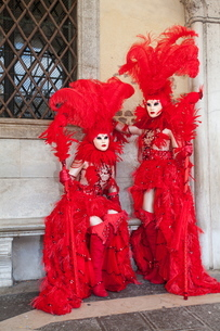 Carnival masks and costumes during Venice Carnival, St. Mark's Square, Venice, Venetoの写真素材 [FYI03782052]