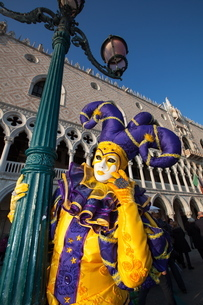 Carnival masks and costumes during Venice carnival, St. Mark's Square, Venice, Venetoの写真素材 [FYI03782053]