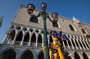 Carnival masks and costumes during Venice Carnival, St. Mark's Square, Venice, Venetoの写真素材 [FYI03782054]