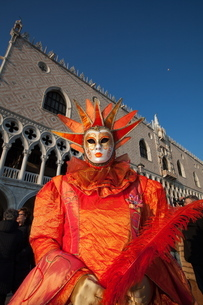 Carnival masks and costumes during Venice Carnival, St. Mark's Square, Venice, Venetoの写真素材 [FYI03782057]