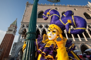 Carnival masks and costumes during Venice Carnival, St. Mark's Square, Venice, Venetoの写真素材 [FYI03782058]