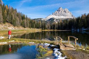 Tre Cime di Lavaredo and their reflection on Antorno lake, Auronzo, Belluno, Veneto, Dolomitesの写真素材 [FYI03782068]