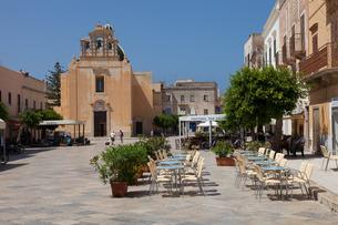 Immacolata Concezione Church and Piazza Madrice, Favignana, Egadi islands, Trapani, Sicilyの写真素材 [FYI03782091]