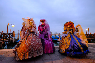 Masks and costumes at St. Mark's Square, Venice Carnivalの写真素材 [FYI03782115]