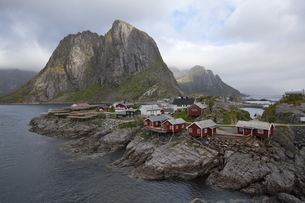 Reine village with typical red rorbuer and cod drying flakes, Moskenesoy island, Lofoten archipelagoの写真素材 [FYI03782116]