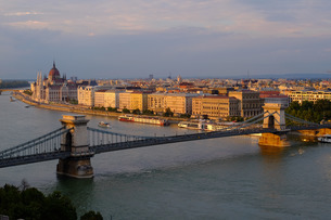View of Pest, the Danube River and the Chain bridge (Szechenyi hid), from Buda Castle, Budapest, Hunの写真素材 [FYI03782122]