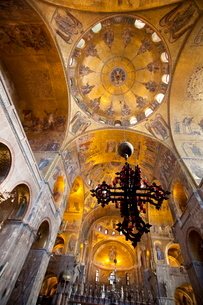 Gold mosaics on the dome vaults of St. Mark's Basilica in Venice, Venetoの写真素材 [FYI03782141]