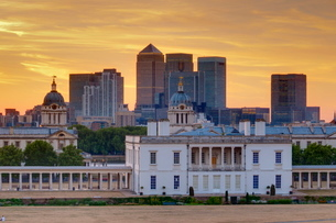 National Maritime Museum with Canary Wharf in Dockland on skyline, Greenwichの写真素材 [FYI03782175]