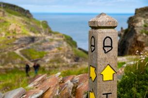 Public footpath sign, Tintagel, Cornwallの写真素材 [FYI03782190]