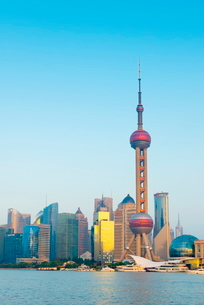 Skyline of Pudong Financial District including Oriental Pearl Tower, across Huangpu River, Shanghaiの写真素材 [FYI03782239]