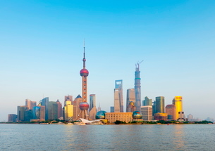 China, Shanghai, Pudong Skyline across Huangpu River, Oriental Pearl Tower, Shanghai World Financialの写真素材 [FYI03782240]