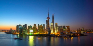 Financial District skyline including Oriental Pearl Tower and Shanghai Tower, Pudong District, Huangの写真素材 [FYI03782241]