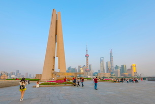 Monument to the People's Heroes, Huangpu Park, The Bund, Huangpu District, with the Pudong skyline bの写真素材 [FYI03782242]