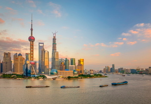 Pudong skyline across Huangpu River, including Oriental Pearl Tower, Shanghai World Financial Centerの写真素材 [FYI03782244]