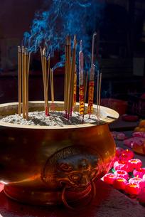 Incense sticks burning, Sin Sze Si Ya Temple (Sze Yah Temple) Town, Kuala Lumpur, Malaysia, Southeasの写真素材 [FYI03782260]