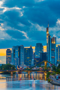 City skyline and River Main, Frankfurt am Main, Hesseの写真素材 [FYI03782287]