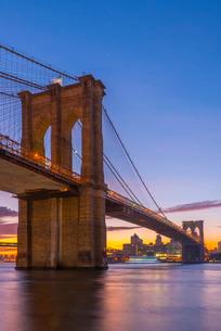 Brooklyn Bridge over East River, New York'の写真素材 [FYI03782318]