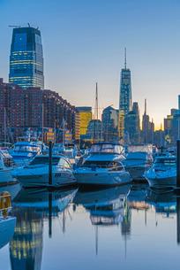 Paulus Hook, Morris Canal Basin, Liberty Landing Marina, with New York skyline of Manhattan, Lower Mの写真素材 [FYI03782327]
