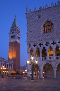 Daybreak view of Piazza San Marco (St. Mark's Square) and Campanile with Doges Palace, Venice, Venetの写真素材 [FYI03782352]