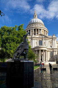 National Firefighters Memorial, Sermon Lane, and St. Paul's Cathedral, City of Londonの写真素材 [FYI03782371]