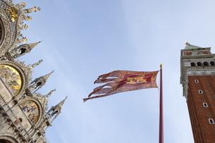 Campanile and Basilica San Marco, St. Mark's Square, with Venetian flag, Venice, Venetoの写真素材 [FYI03782382]