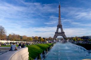 Eiffel Tower and Trocadero Fountains in autumn, Parisの写真素材 [FYI03782398]