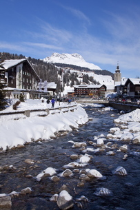 River and village church Lech, near St. Anton am Arlberg in winter snow, Austrian Alps, Austriaの写真素材 [FYI03782407]