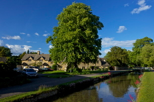 River Eye flowing through the pretty village of Lower Slaughter, the Cotswolds, Gloucestershireの写真素材 [FYI03782425]