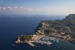 Aerial view of Soller harbour and northern coastline of Majorca in early morning in summer, Majorca,の写真素材 [FYI03782426]