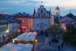 City Hall at dusk, Market Square, Old Town, Rzeszow, Polandの写真素材 [FYI03782523]