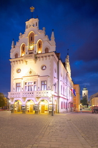 City Hall at dusk, Market Square, Old Town, Rzeszow, Polandの写真素材 [FYI03782525]