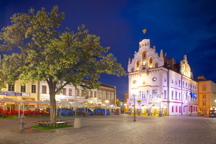 City Hall at dusk, Market Square, Old Town, Rzeszow, Polandの写真素材 [FYI03782529]